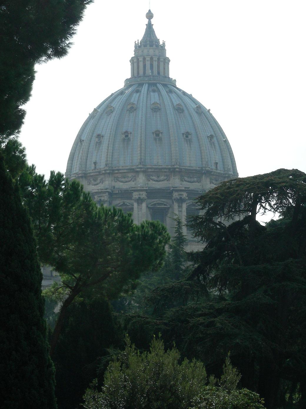 Blick aus den Vatikanischen Museen in die Innenhöfe und zur Basilica di San Pietro.