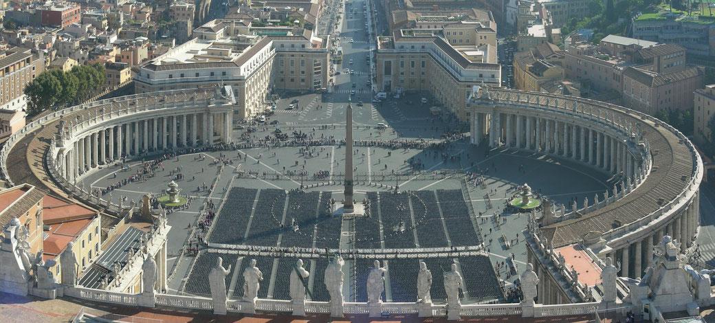Blick von der Kuppel der Basilica di San Pietro auf die Piazza San Pietro.