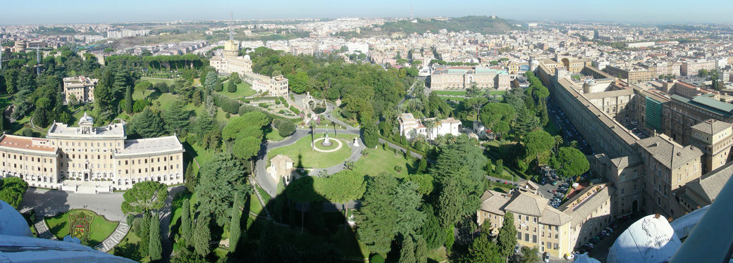 Blick über Rom und in die vatikanischen Gärten.