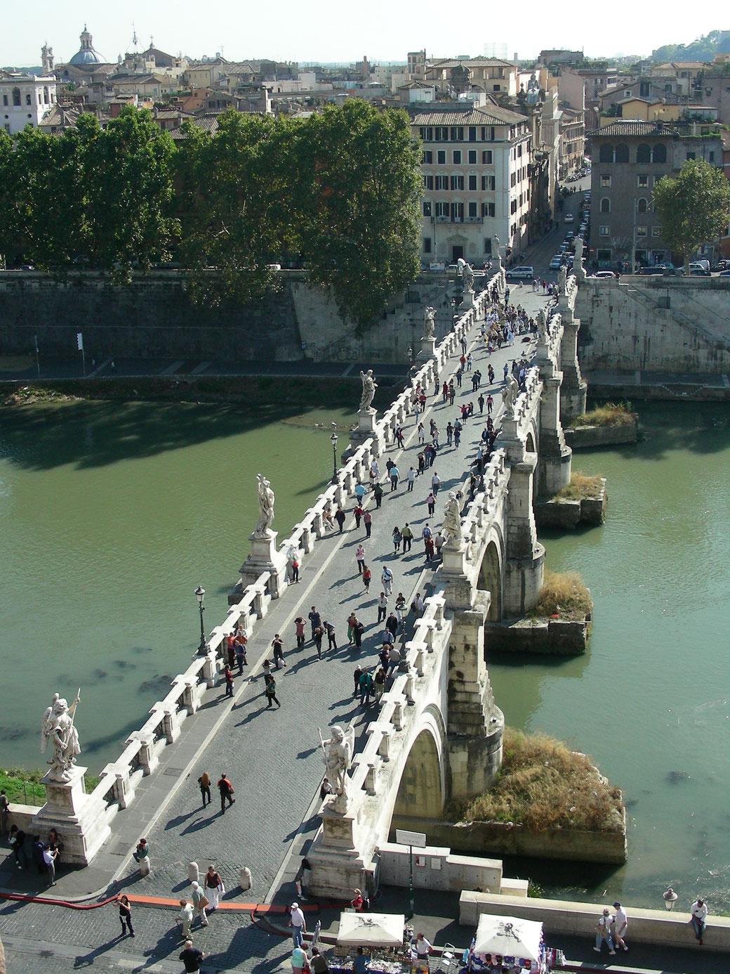 Blick von der Engelsburg auf die Ponte Sant' Angelo mit dem Tiber.