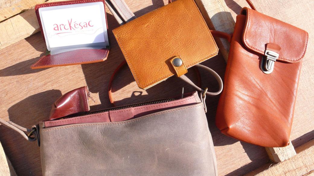 Sac taupe, porte-carte, portefeuille jaune et pochette marron en cuir de l'atelier de maroquinerie artisanale, Arckésac maroquinerie à St-Lyphard.