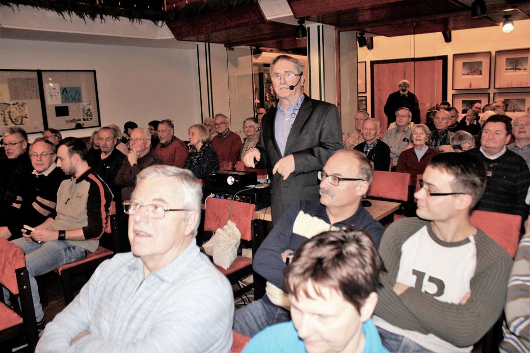 // Konrad Eulitz spricht im Gemeindesaal auf dem Sonnenstein Pirna vor sachkundigem Publikum über die '152' / Foto: Dietmar Otto /
