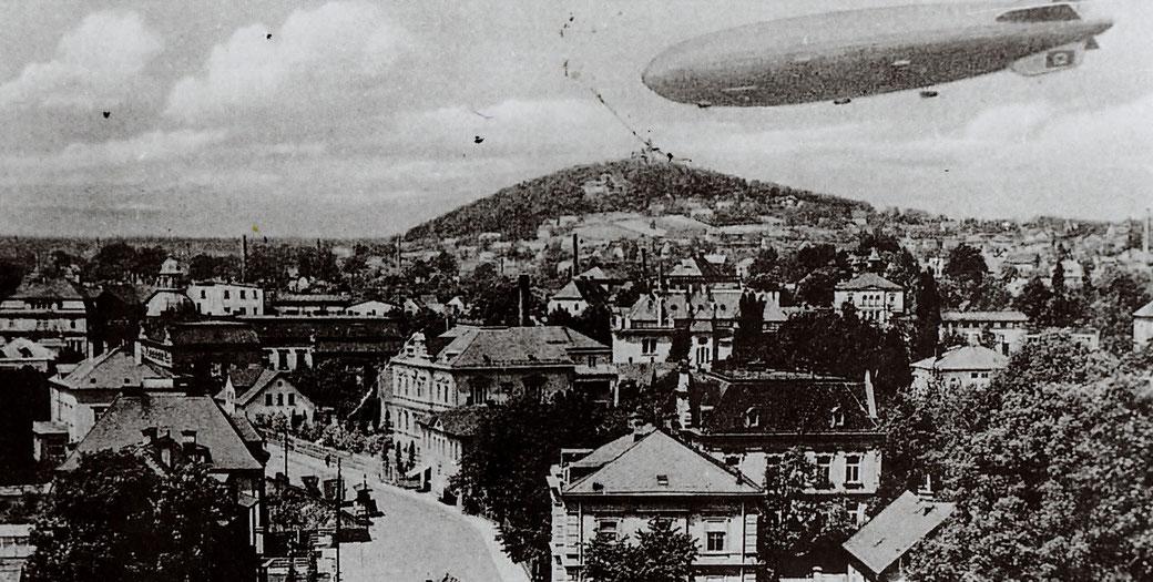 """// Im Spätherbst 1938 überflog zum zweiten Mal ein Luftschiff """"Graf Zeppelin L Z 130"""" in einer Höhe von nur 800 Metern die Südlausitz und Nordböhmen. Das Luftschiff ist hier über Warnsdorf zu sehen. / Aus"""
