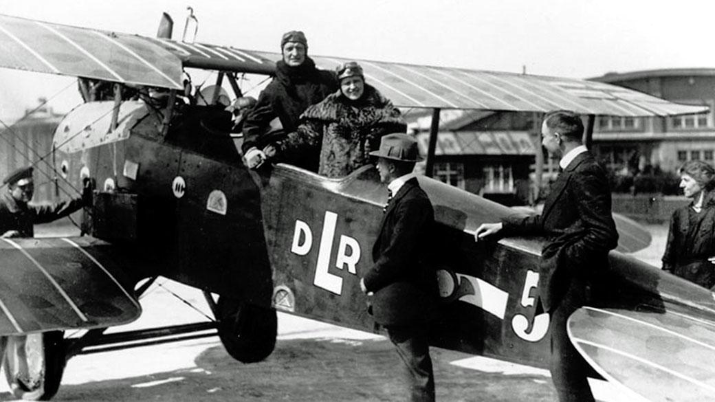 // Foto: wikimedia / Eine LVG C.VI der DLR mit Hans Albers als Passagier, 1919 /