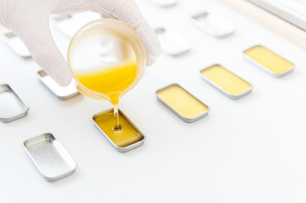 Die natürliche & vegane Lippenpflege von lipfein wird in Handarbeit in Dresden in die praktischen Schiebedeckeldosen aus Weißblech abgefüllt.