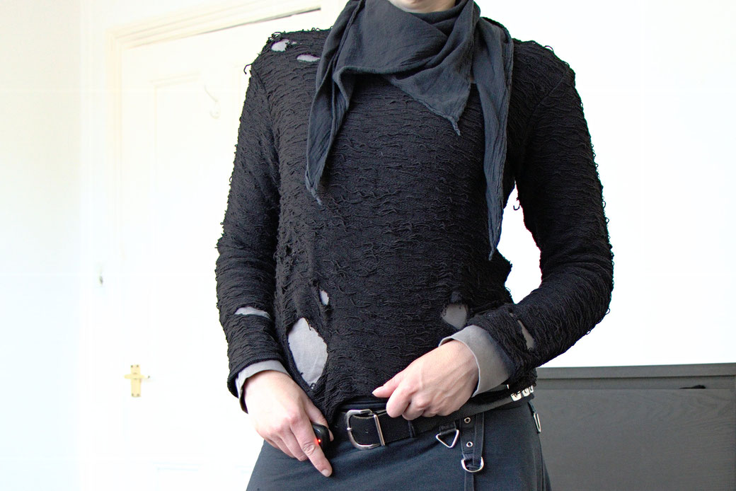 Dark post-apocalyptic outfits I wear to work - Schnittmuskel structured sweatshirt with holes - Zebraspider Eco Anti-Fashion