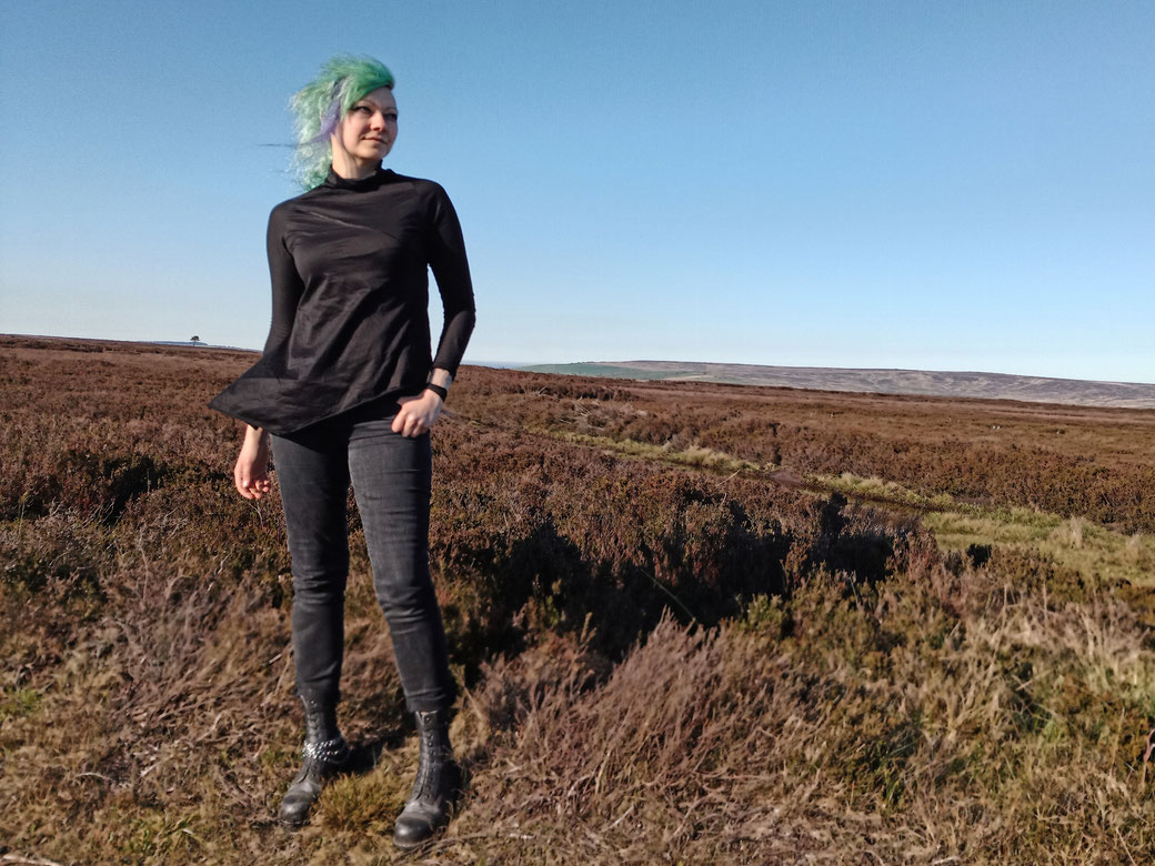 Everyday post-apocalyptic outfits with Ynhoia and Dorawyn - Defne zero-waste top black - Zebraspider Eco Anti-Fashion