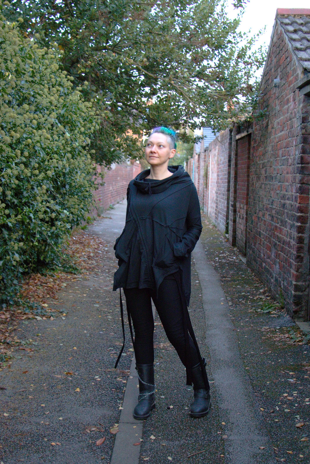 Dark post-apocalyptic outfits I wear to work - Ynhoia hoodie and Dorawyn leggings in black - Zebraspider Eco Anti-Fashion