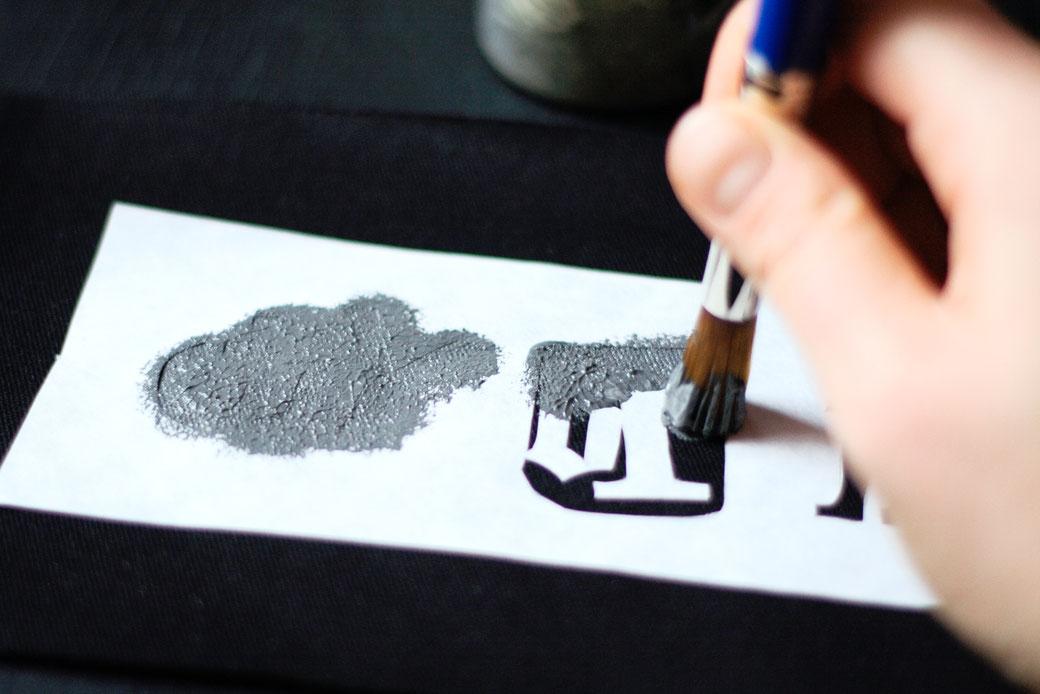 How to stencil on fabric with freezer paper - stencilling DIY motif - Zebraspider DIY Anti-Fashion Blog