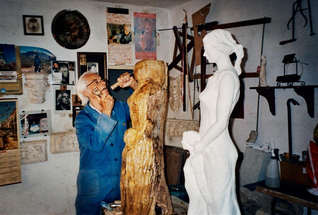 De la Cruz en su taller tallando Maternidad IX. 2010, aprox.