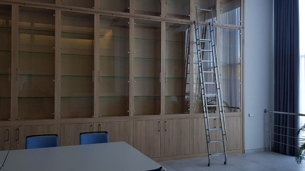 лестница, лесенка, стремянка, откатная, передвижная, сдвижная, мебель, библиотека, библиотечная, приставная, ролики, крючок, подвесная, изготовление, заказ, стеллаж, шкаф, гардероб, гардеробная, полки, трек, рельс, фурнитура, производитель, mwe