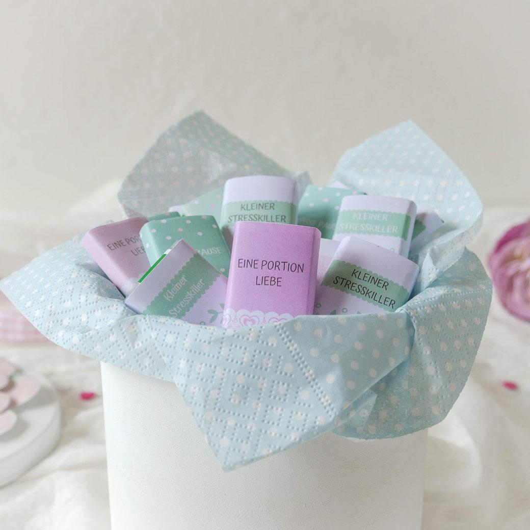 Kleine Schokoladen eingepackt mit selber beschrifteten Banderolen