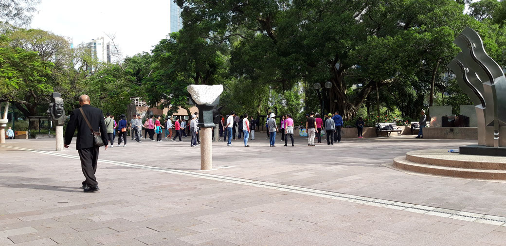 Kowloon Park - Im Hintergrund Tai-chi inspirierter Kreistanz