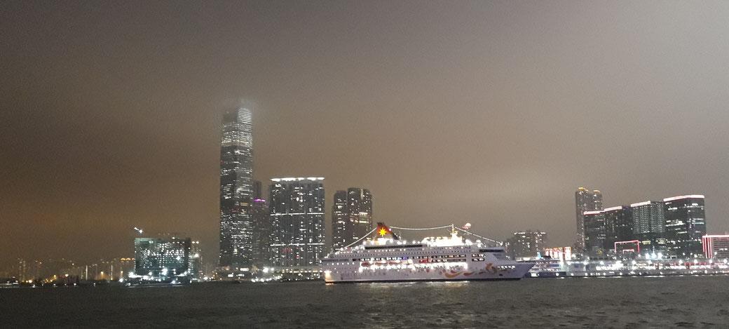 Blick auf Kowloon. Die Spitze des ICC-Towers verschwindet im Nebel