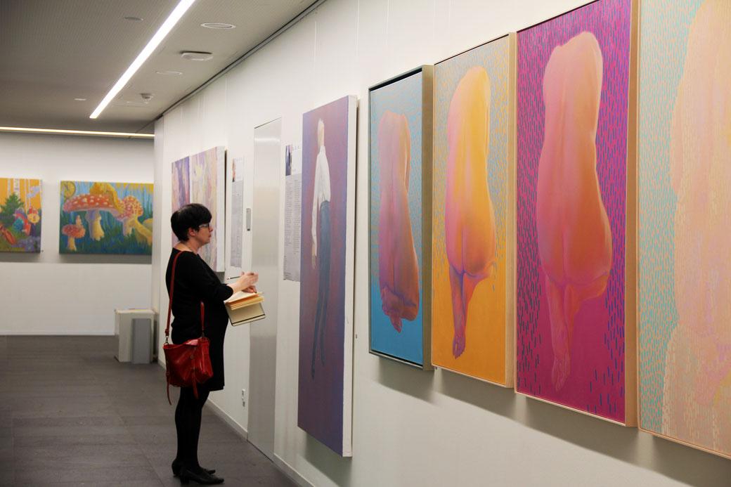 Blick in die Ausstellung, rechte Wand mit Acryl-Gemälden von Klaus Soppe, Rückenakte und 'Schwebender Mann', an der hinteren Wand Gemälde in Öl von Sandra Kolondam. Foto: DHBW Heilbronn.