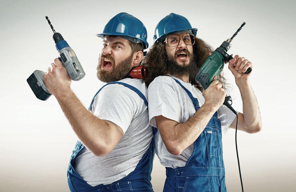 Zwei Handwerker, welche ihr Handwerk verstehen, sind bereit für die Arbeit.
