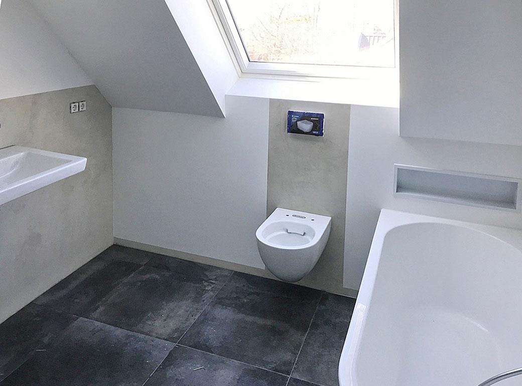 Schickes neues Badezimmer in Beton Optik, erstellt mit versiegelter Oberfläche mit Mikrozement.