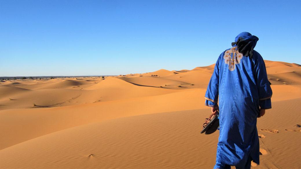 Ein Berber in der Wüste von Marokko