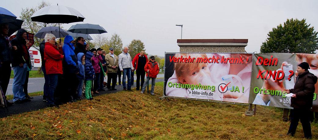 Die neuen Banner an der jetzigen Bundesstraße 254 in Angersbach, rechts vorn BI-Sprecher Matthias Keller