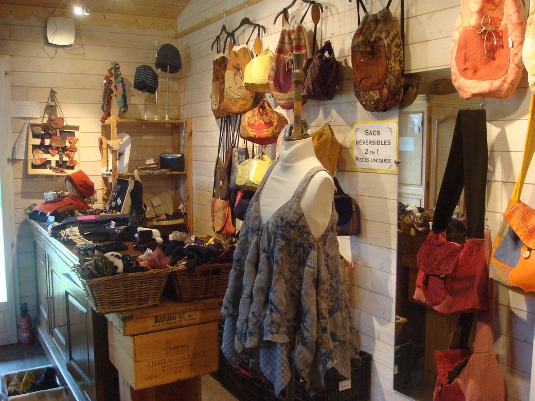 Vetements, sacs, accessoires de mode, mitaines, chapeaux, écharpes... dans l'atelier chaleureux