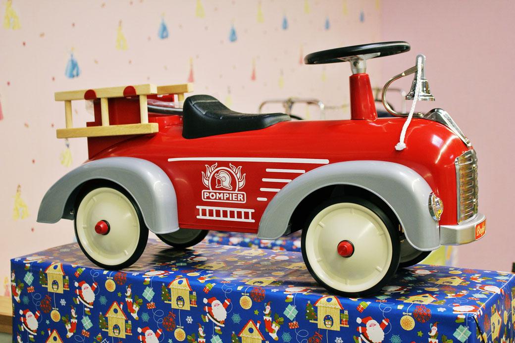 Neu eingetroffen - wunderschön anzusehende Feuerwehr-Autos im Retro-Look für Kleinkinder.