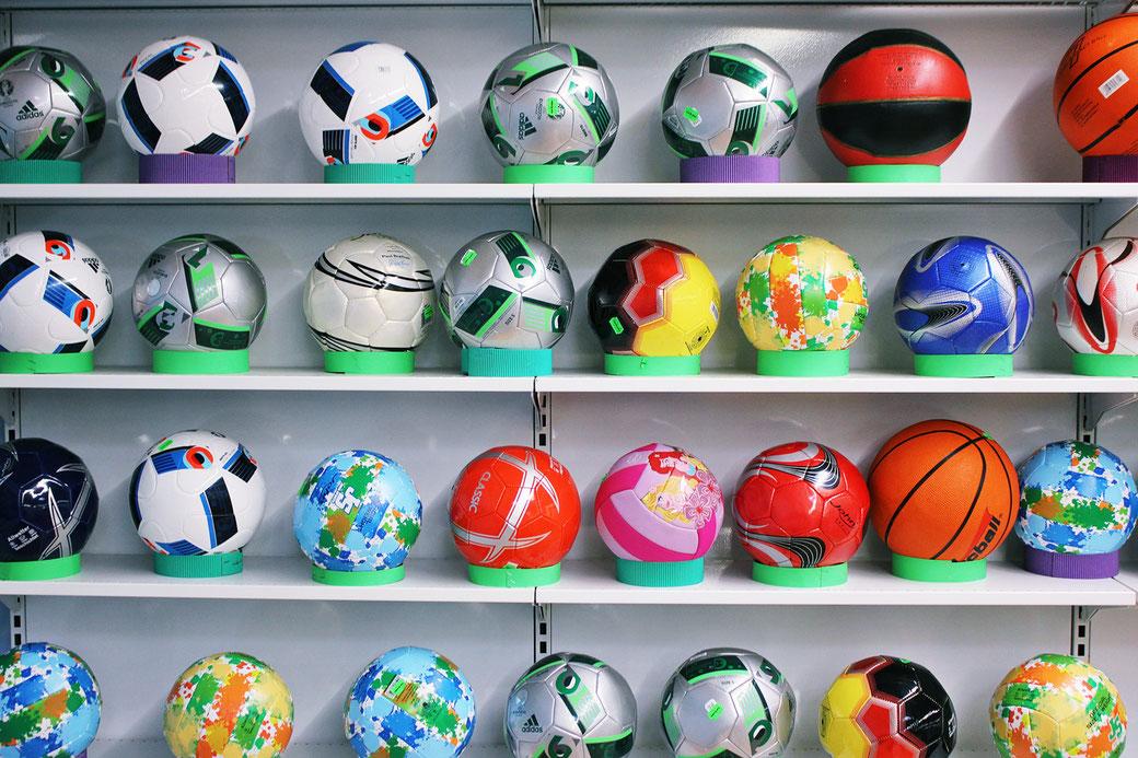 Unser Ball-Sortiment erstreckt sich von Fuß- über Basketbälle bis hin zu bunten Spielbällen in vielen Größen und Farben.