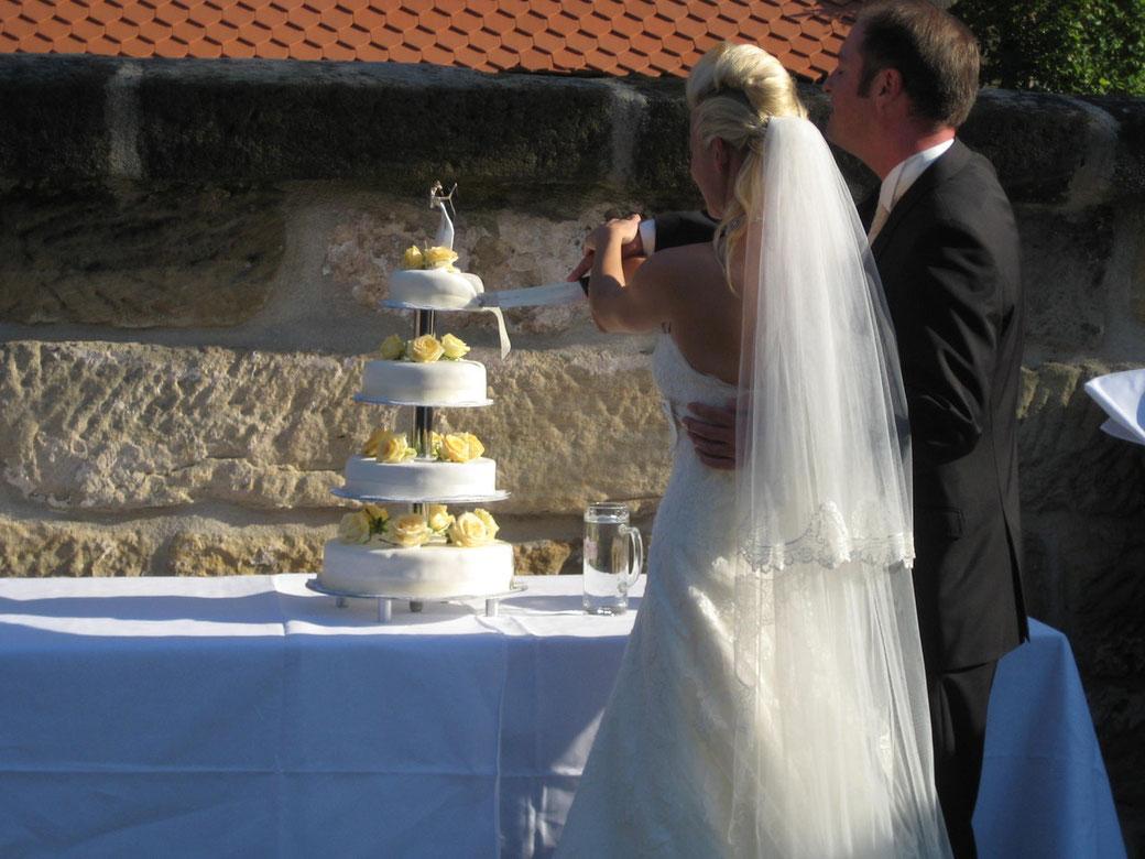 Freie Theologen, Hochzeitsredner und Trauredner im Rhein-Main-Gebiet für freie Trauung und Hochzeit, Hochzeitstorte, freie Trauung Atzelsberg