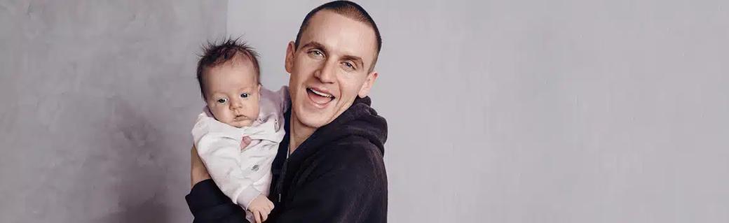 Unser aktuelles Angebot für den Monat Oktober 2020: Glückliches Familienidyll – Mutter mit Kindern und Terrier Hund im Garten