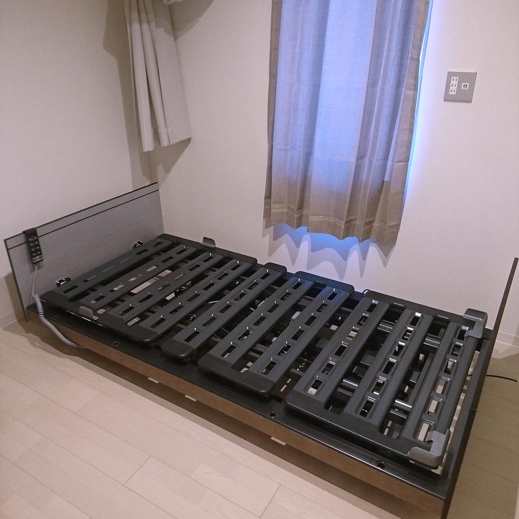 スタッフブログ「在宅用介護ベッドの導入」写真3「梱包を解き組み立て」