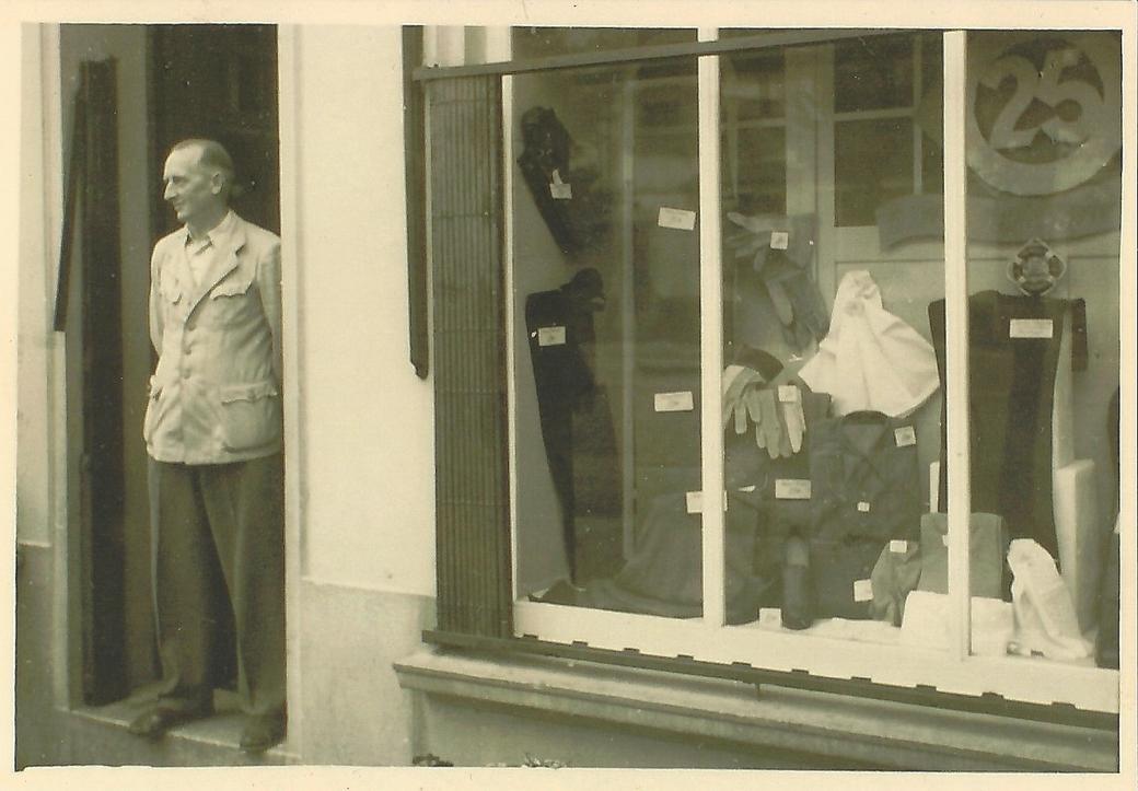 Der Kaufmann Eduard Thölen vor seinem Geschäft in der Lloydstraße (50er Jahre).