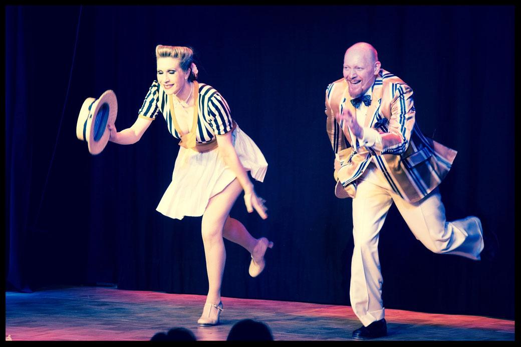Die Münchner Steptanzlehrerin Silvia Plankl als Dixie Dynamite in einer klassischen Vaudeville Song & Tap Dance Nummer mit ihrem Duopartner Joe Flyingshoe Johnson auf der Bühne im Theater Drehleier München.