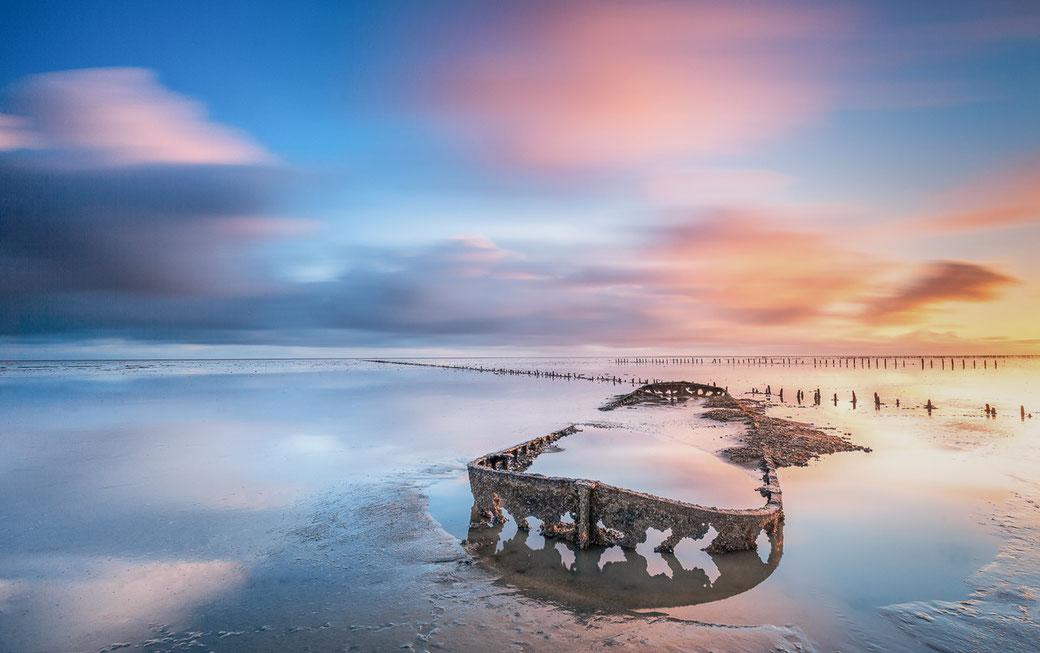 Scheepswrak op het Wad bij laagwater voor de kust van Wierum © Jurjen Veerman