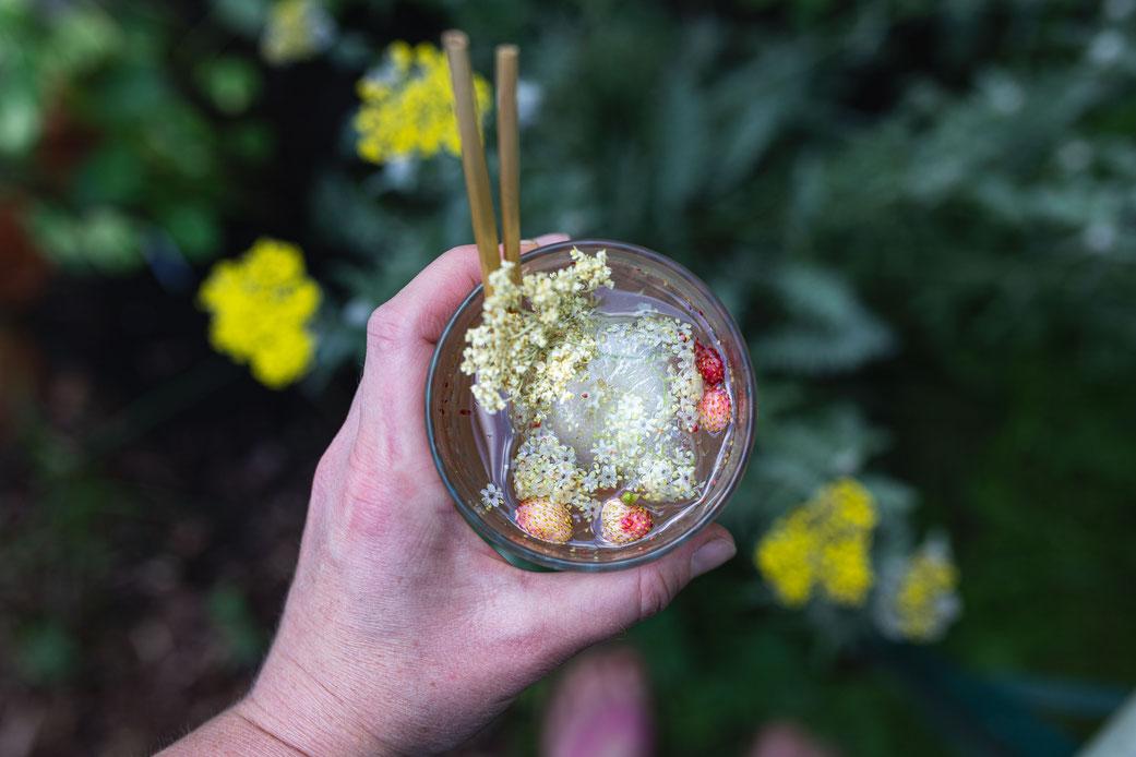 Sommer-Cocktail mit Holunderblüten und Walderdbeeren