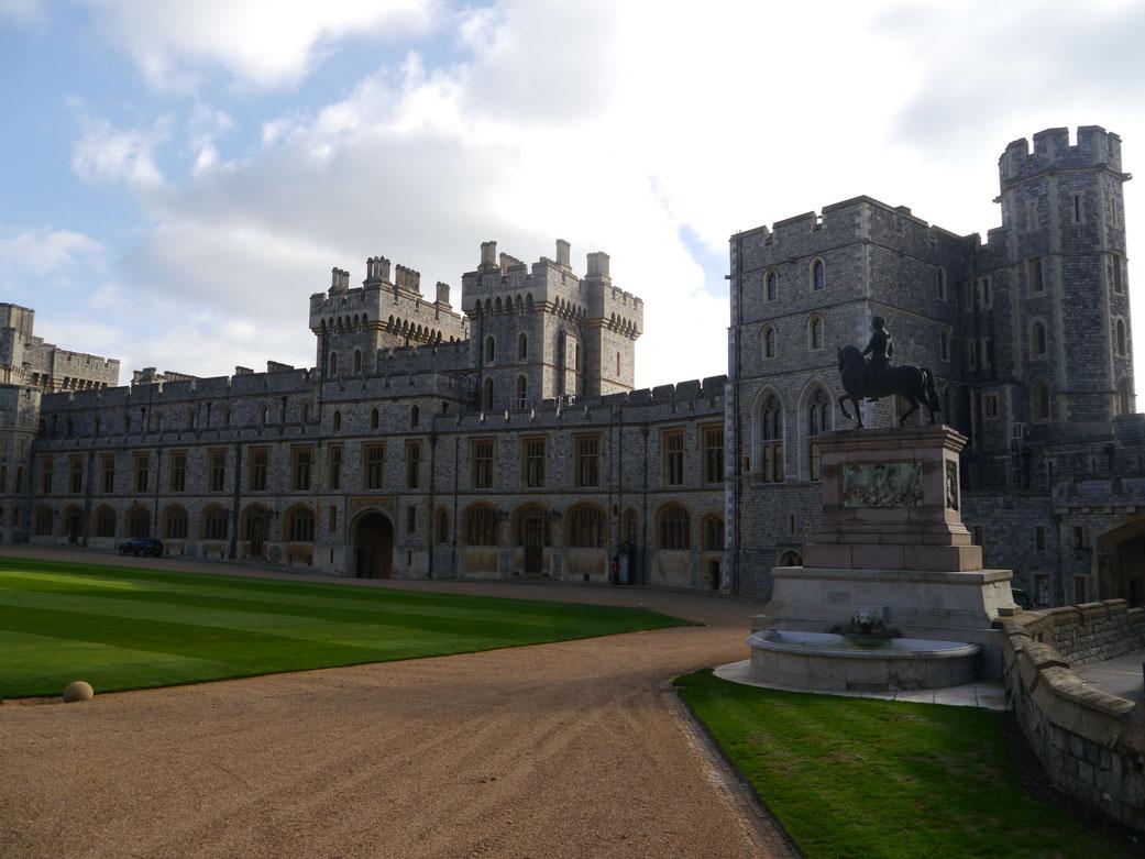 Quadrangle mit King Charles II Statue draußen und weiteren Prunksälen im Südflügel