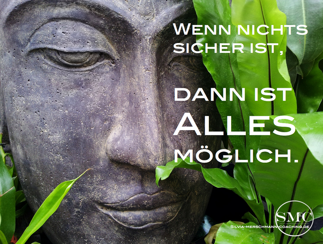 Kopf einer Buddha Statue und grüne Blätter. Bild mit Text.