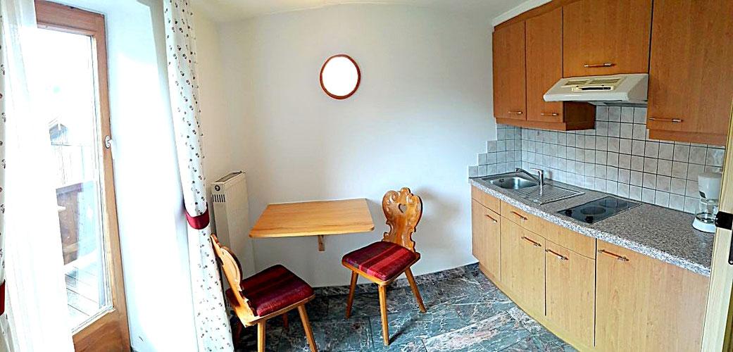Küche im Apartment mit Balkon