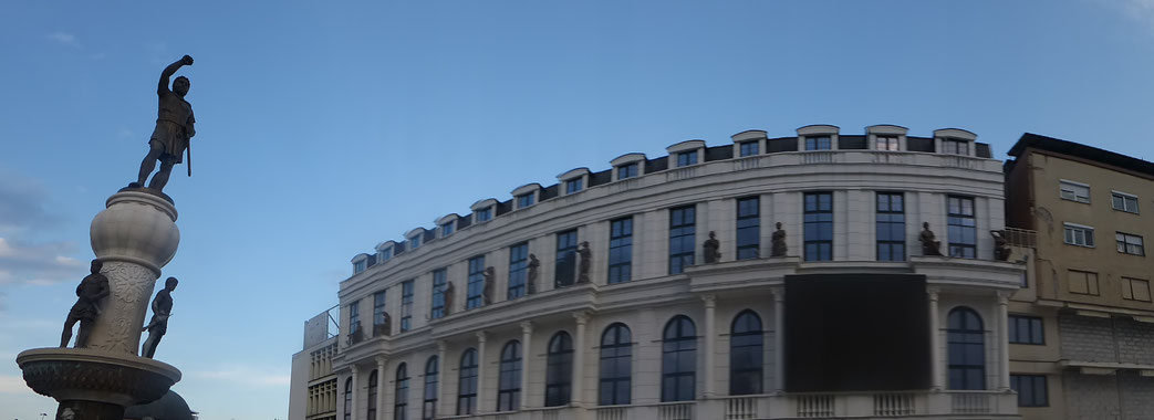 """Figuren aus der Antike und früheren mazedonischen Geschichte zeigen am anderen Ufer der Innenstadt den nationalen Großmut. Auch die Fassade dieses Gebäudes aus den sozialistischen 70er Jahren wurde mit billigen Baumaterialien """"verziert""""."""