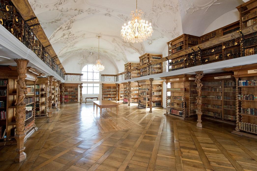Die Bibliothek des Klosters Sankt Urban reicht bis ins späte 12. Jahrhundert zurück und umfasst 15000 Bücher.
