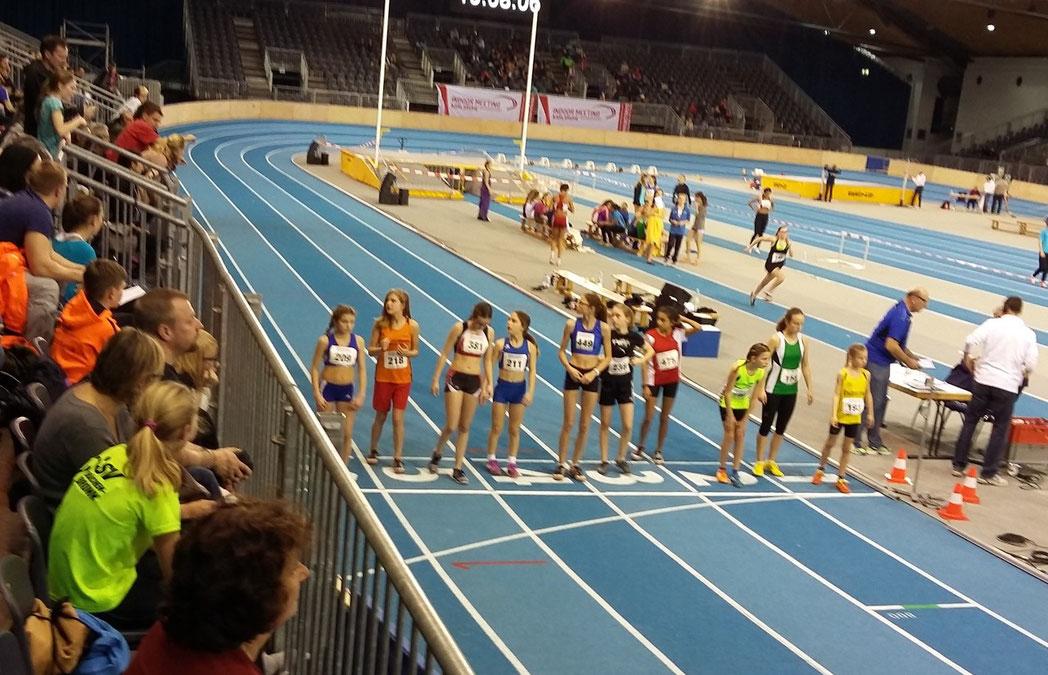 ...da wo sich nächste Woche beim Indoor Meeting Olympiasieger und Weltmeister präsentieren.... Julie und Emma beim 800 Meter Start :-)