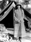 Bell vor ihrem Zelt bei Ausgrabungen im Irak (1909), Foto Gertrude Bell Archive [http://www.ilrt.bris.ac.uk/jidi/BellK_218.html]
