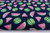 Wassermelonen auf dunkelblau