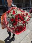 赤バラ60本とかすみ草の花束