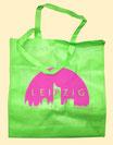 Beutel in grün mit rosaner Stadtsilhouette Leipzig