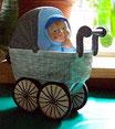 Junge mit Kinderwagen