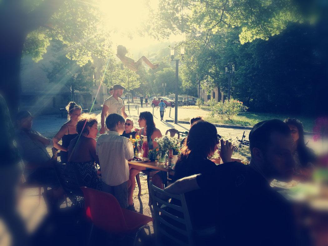 Sommer-Fest, Mittsommer, lange Tafel unter Bäumen, Schaukel