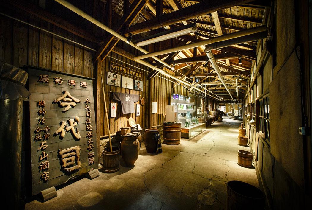 趣のある蔵の中を酒造り歴史の話を交えながらテイスティングを楽しめる『今代司酒造』。