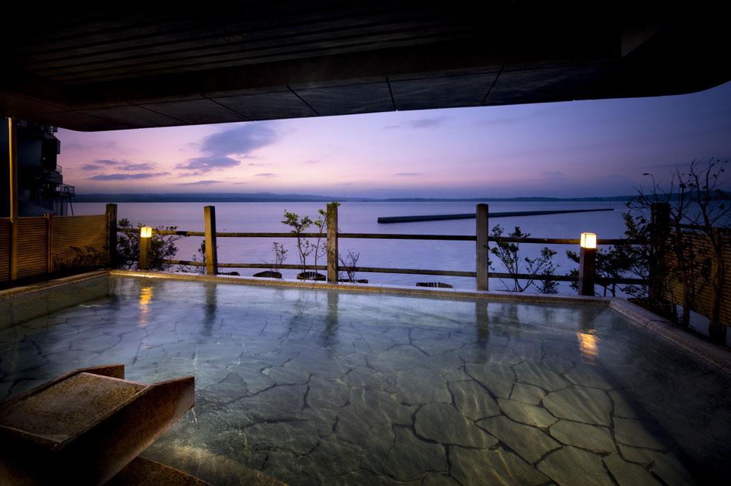 『加賀屋 能登渚亭」海側に配された大浴場からの、雄大な眺めをお楽しみください。