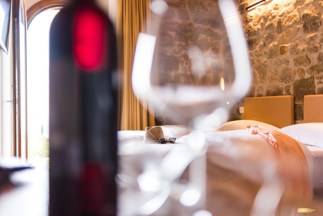 Boutiquehotel Fotografie in Italien - Schlafzimmer mit Weinglas und Sonnenhut