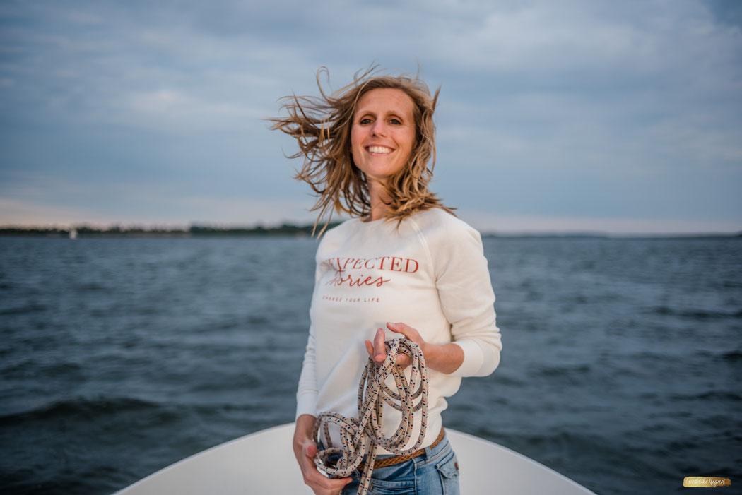 Hotelfotografie was können Gäste erleben im Urlaub - Frau auf dem Boot - Stralsund Romantik Hotel Scheelehof