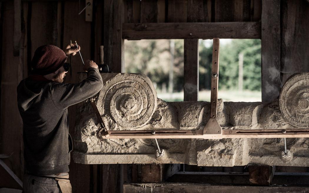Steinmetz arbeitet an einem Bildhauerstück aus Sandstein